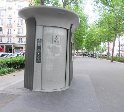 Общественный биотуалет в Париже