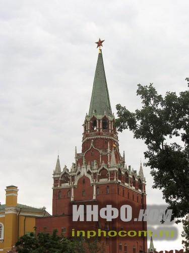 Вид на Троицкую башню из Александровского сада