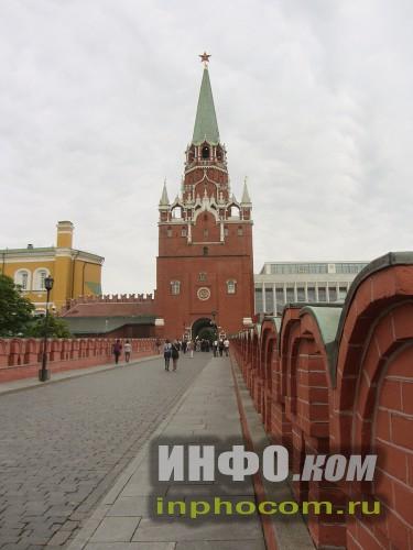 Вид на Троицкую башню с Троицкого моста