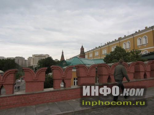 Стены Троицкого моста