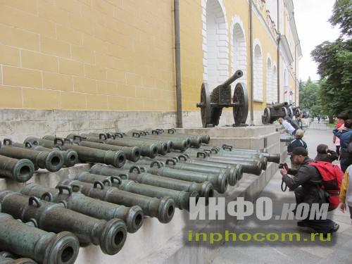 Пушки устанавливались вдоль фасада здания Арсенала